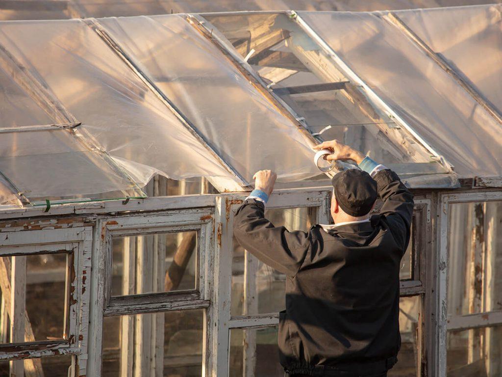 Reparaturen am Gewächshaus durchführen